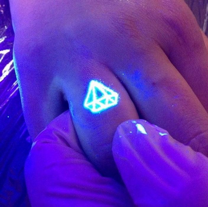 tatuaje en un dedo con el diseño de un diamante