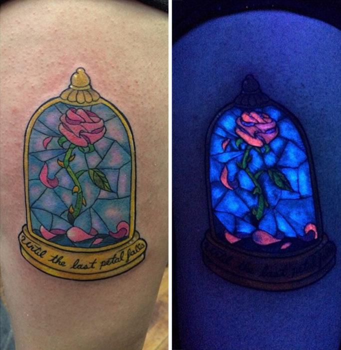 tatuaje brillante con el diseño de la rosa de la bella y la bestia