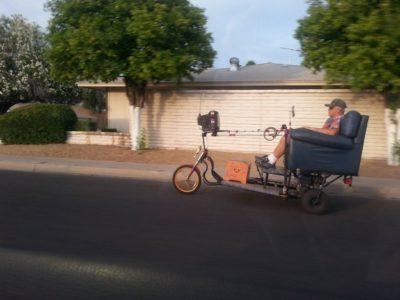 Abuelo que construyo un medio de transporte muy original