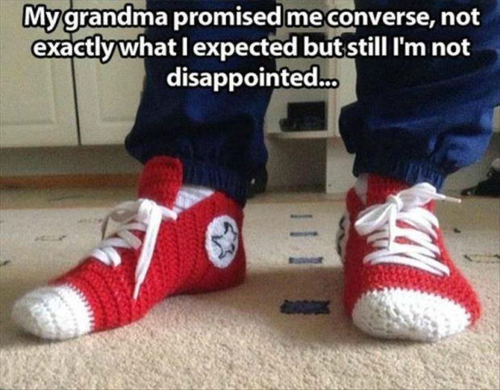 Abuela le teje a su nieto unos converse
