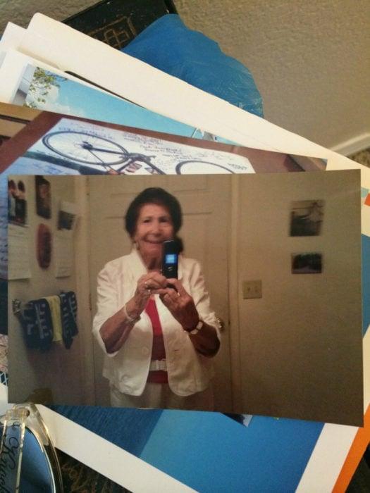 Fotografía que llegó por el correo postal de una abuela tomándose una foto con su celular