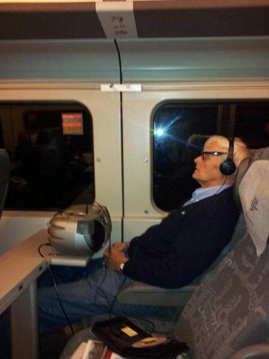 Abuelo en camión con una videocasetera escuchando música