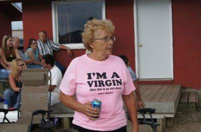 Abuela usando playera que dice que es virgen