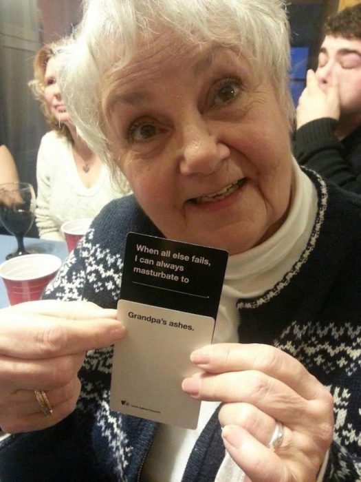 Abuela jugando cartas y mostrando lo que le salió: Siempre puedo masturbarme con/las cenizas del abuelo