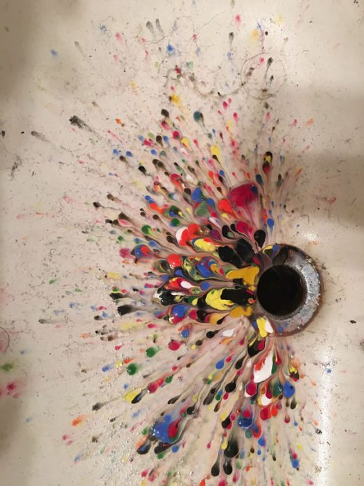 lavabo con distintos colores de pintura