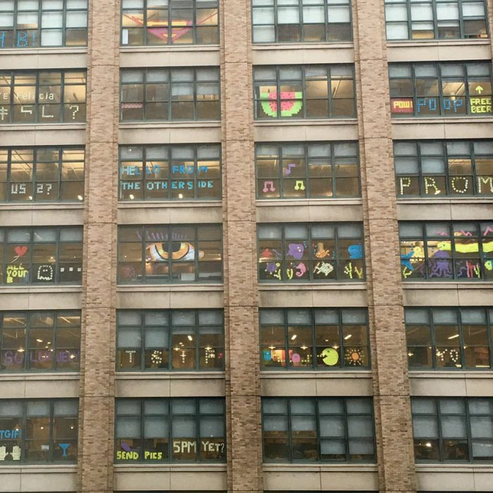 guerra de post it en edificio
