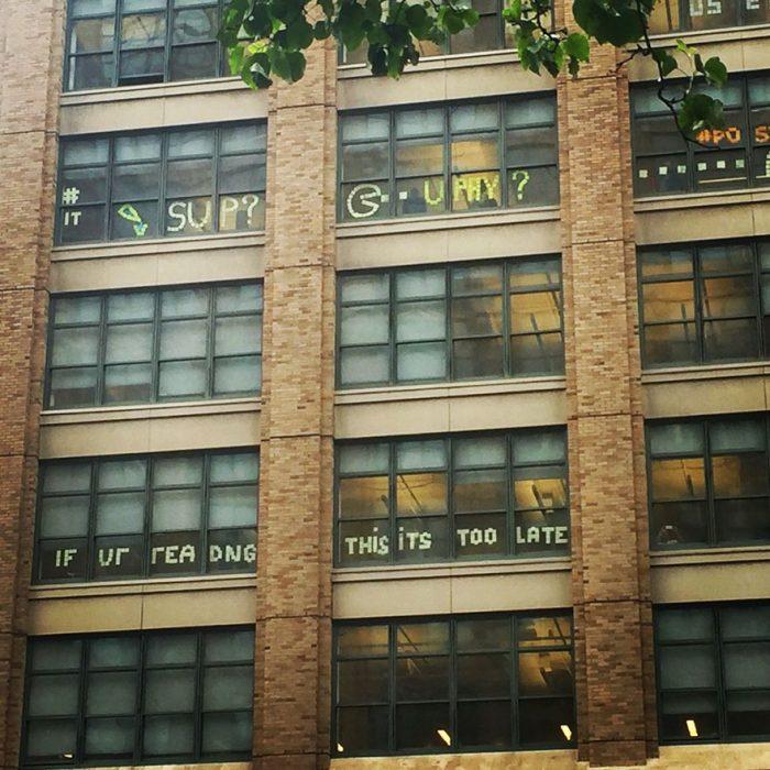 edificio con post it guerra