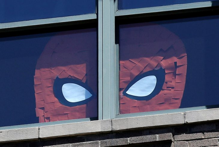 spider man en ventana post it