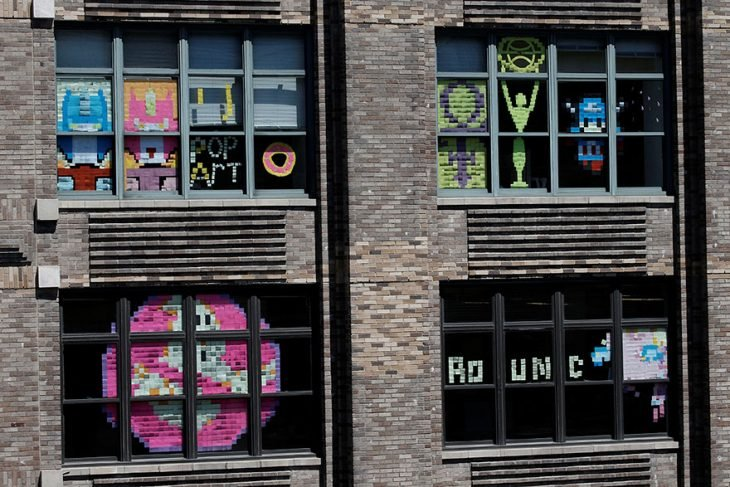 ventanas de edificio con post it