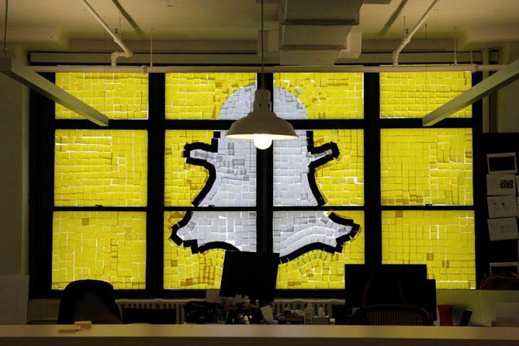 snapchat post it logo en ventana de edificio