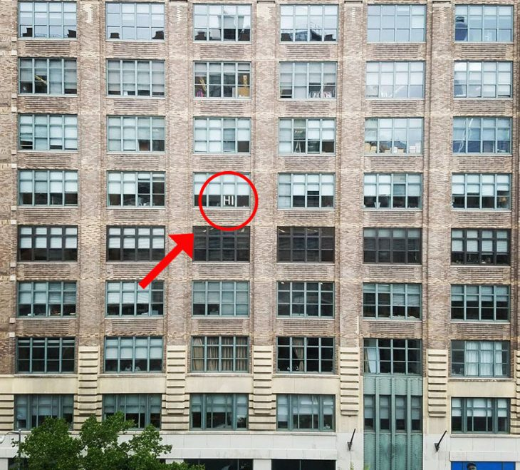 edificio con post it en ventana