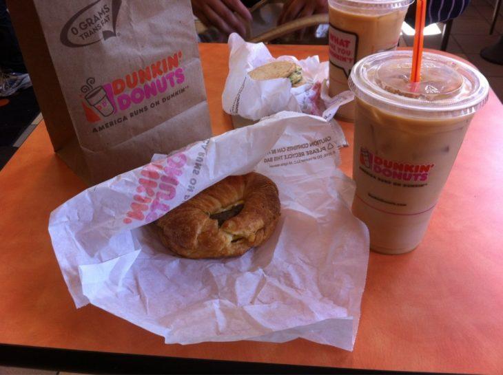 En la cafetería Dunkin Donuts, dos cafes y dos panes