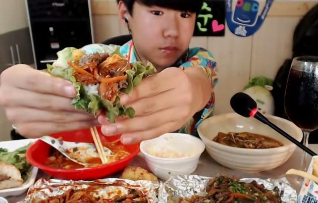 muckbang niño comiendo delante webcam