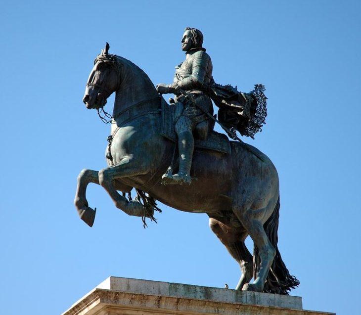 estatua con el caballo con las dos patas en el aire, la persona murió en combate