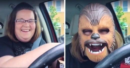 Ella es la mujer más feliz del mundo al probarse su máscara de Chewbacca