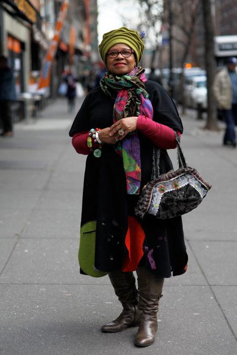 Mujer de +60 años vestida con ropa muy colorida