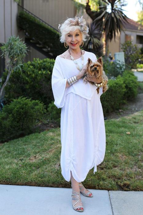 Mujer de +60 años vestida muy guapa toda de blanco