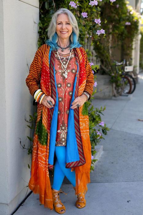Mujer de +60 años vestida con ropa tipo hindue y el cabello pintado de azul