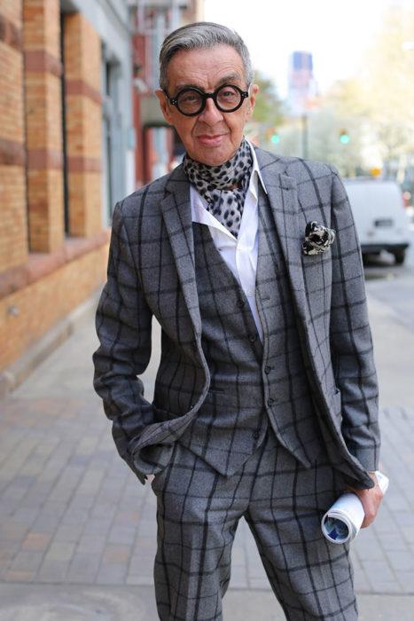 Hombre de +60 años muy elegante con un traje de tweed cuadriculado