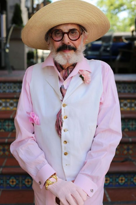 Hombre de +60 años vestido de rosa y sombrero