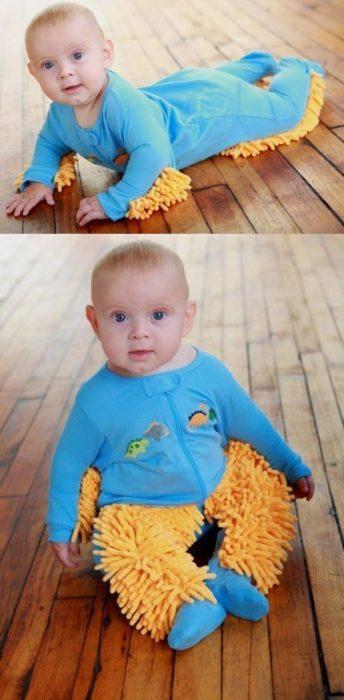 bebé con ropa para limpiar el piso