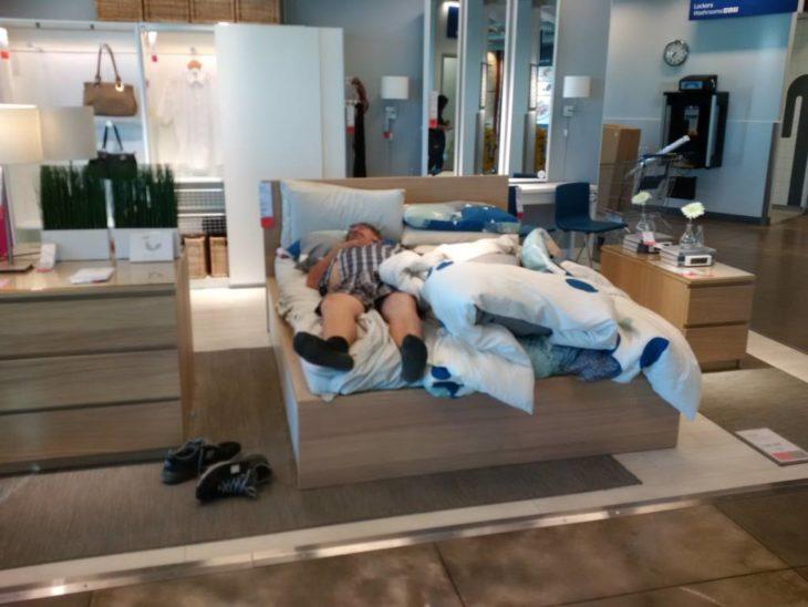 Hombre se queda dormido en la cama de la mueblería