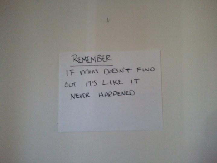 Hombre deja un mensaje en la pared que dice: Recuerda, si mamá no se entera es como si nunca hubiera pasado