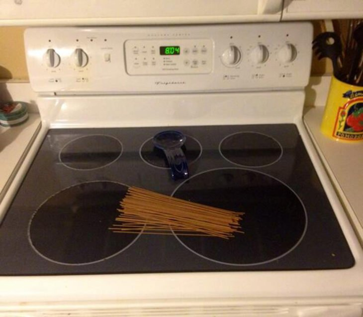 Hombre pone espagueti en la estufa