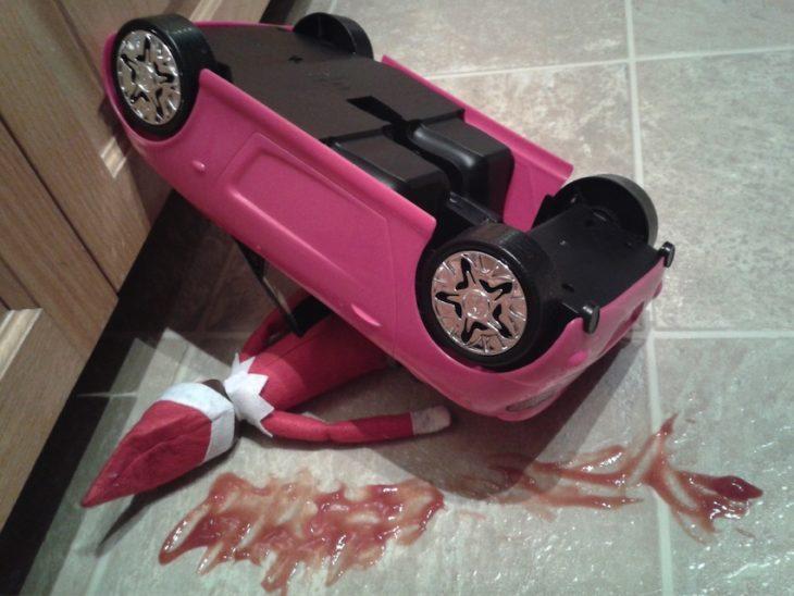 Duende choca en carro de barbie, hay salsa catsup en todas partes