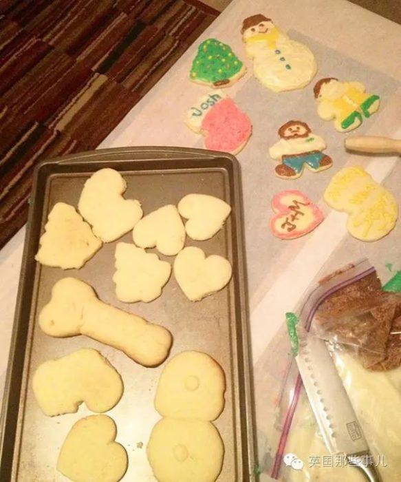 Hombre hace galletas con formas obscenas