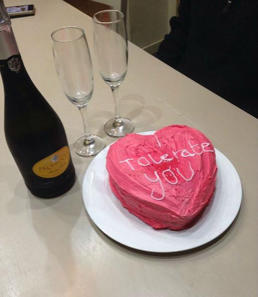 """Hombre le regala a su esposa un pastel con forma de corazón que dice """"te tolero"""""""