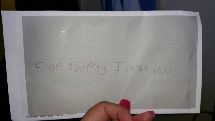 Hombre le envía un mensaje romántico a su esposa: Stop pooping I miss you