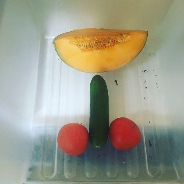 Hombre le manda una foto a su esposa de un melón, un pepino y dos tomates
