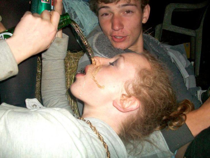 Antro. Fotos de una chica que se tira toda la cerveza en la cara