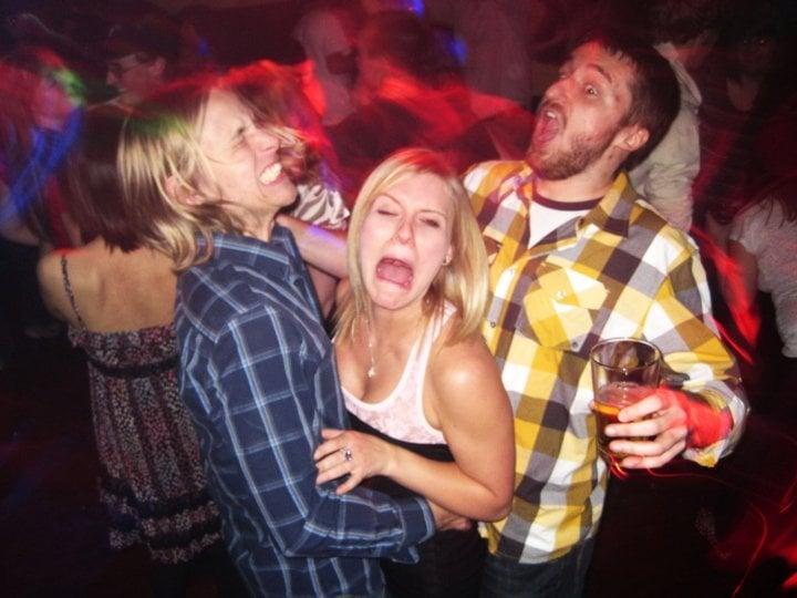 Antro, foto de dos chicos bailando con una chica en media y la chica con cara de dolor