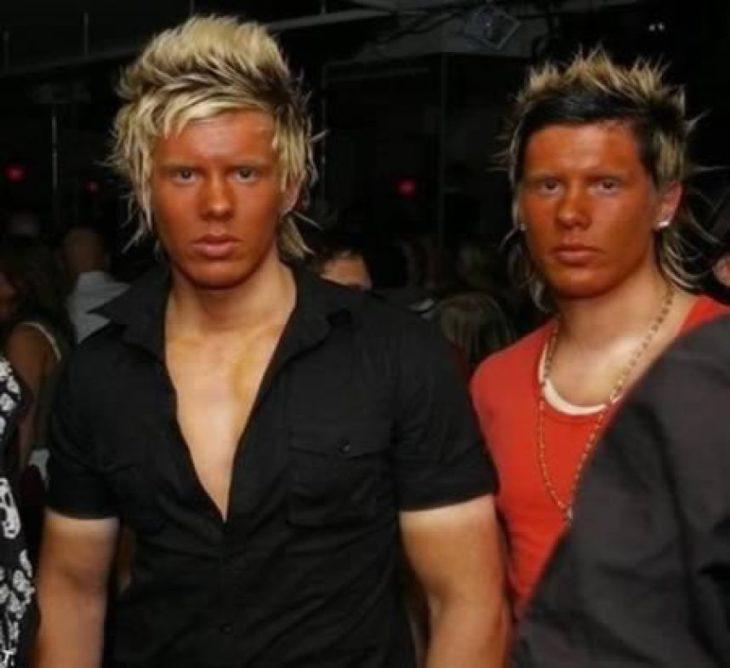 Antro. Foto de dos chicos con el cabello teñido y la cara naranja de bronceado pero el pecho pálido