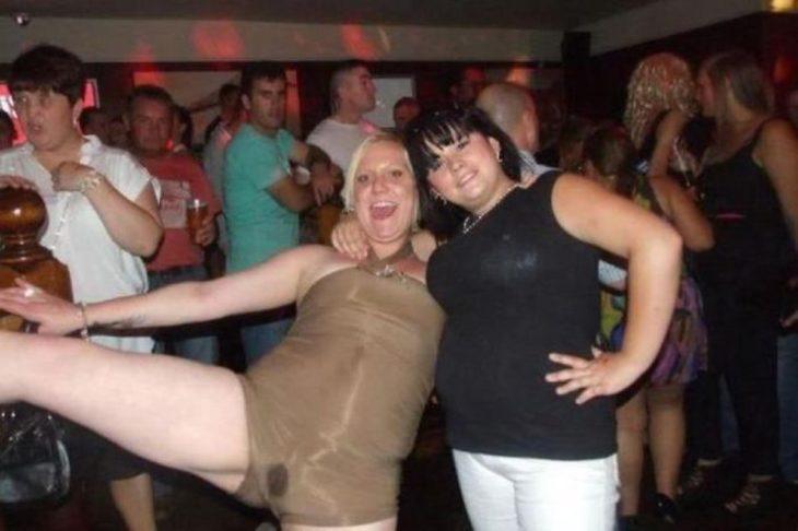 Antro. Foto de dos chicas, una de ellas abrió demasiado las piernas y se ve que tiene una mancha