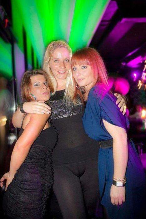 Antro. Foto de tres chicas, una de ellas trae un pantalón muy apretado