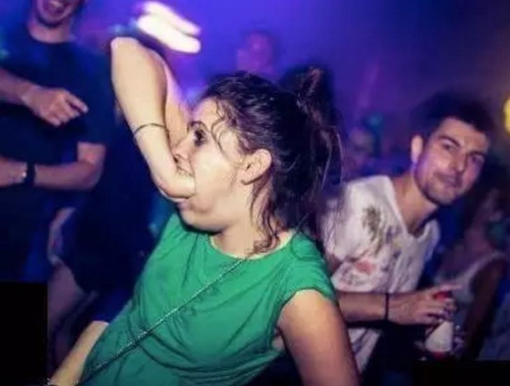 Antro. Imagen de mujer en la disco que mete toda su mano en su boca