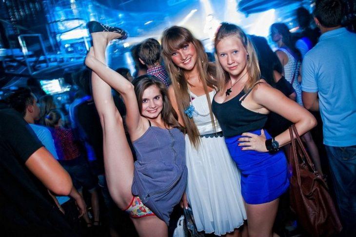 Antro. Foto de tres chicas, una de ellas con su pierna extendida y se le ven los calzones