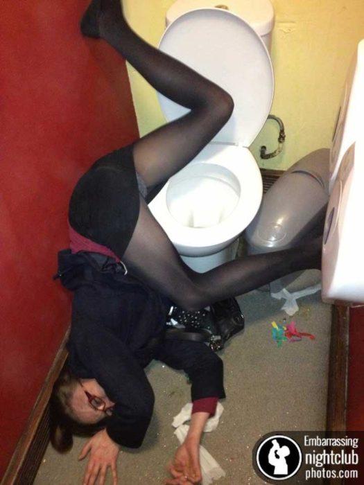 Antro. Foto de una chica tirada en el baño