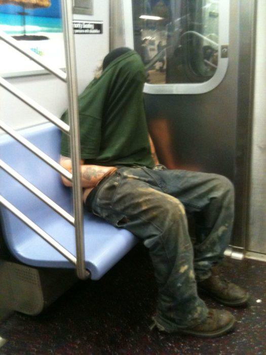 Hombre masturbándose en el metro