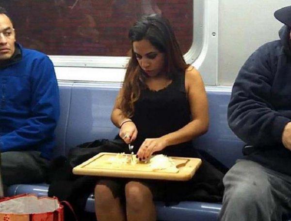 Mujer picando cebolla en el metro