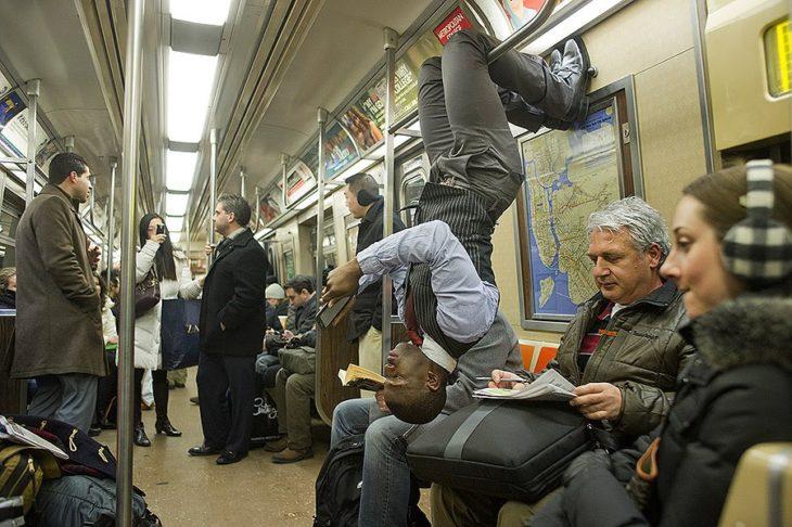 Hombre haciendo poses de meditación en el metro