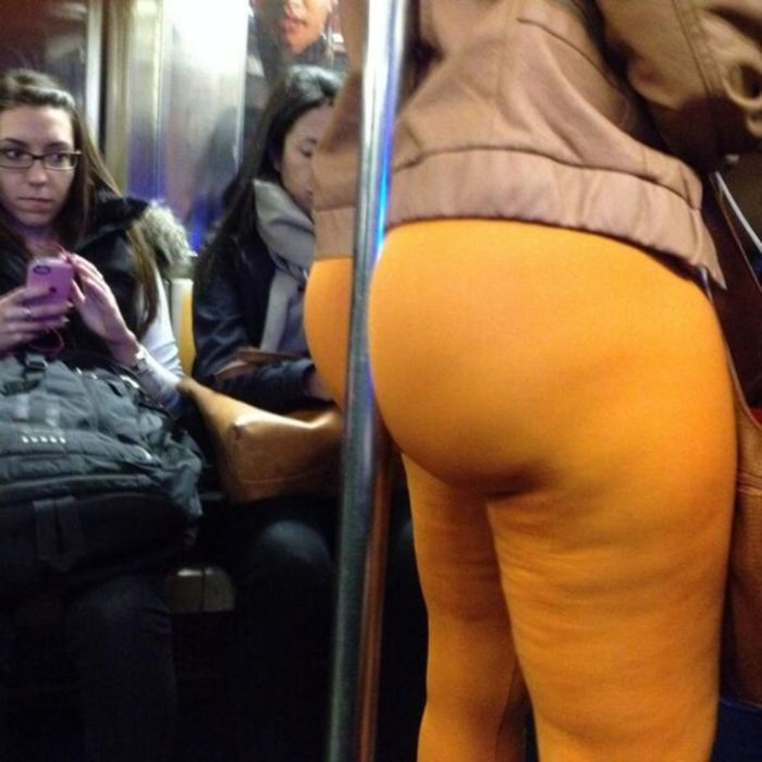 Mujer con el trasero embarrado en el tubo del metro
