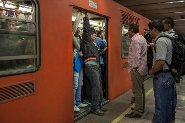 Metro va lleno y hombre se mete a fuerzas