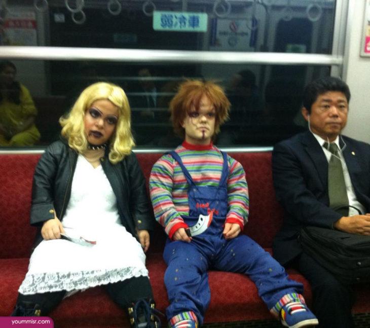 Chucky y su novia en el metro