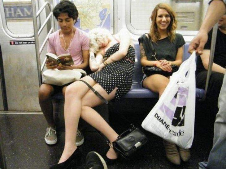 Mujer enfiestada duerme en el metro