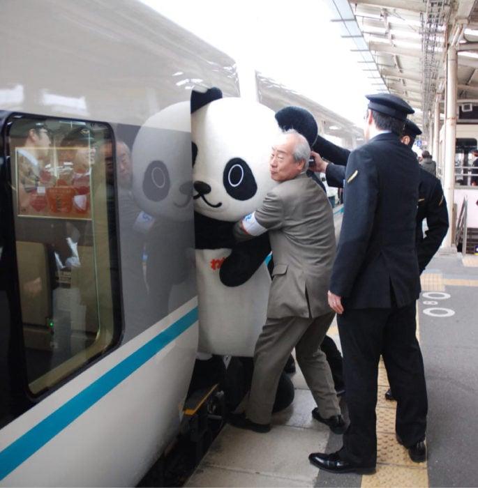 Persona intenta meter un oso panda gigante en el metro