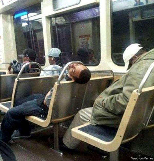 Hombre dormido en el metro con la cabeza atorada en una barra metálica